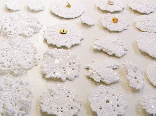 keramiek ceramics, white broche, wit, kant