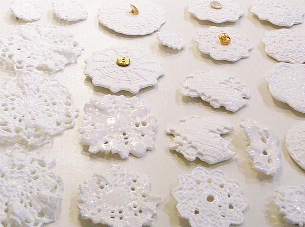 keramiek ceramics, white broche, wit, kant